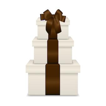 Pilha de três caixas de presente branca realista com fita marrom e arco
