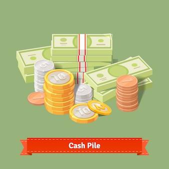 Pilha empilhada de moedas e banknots
