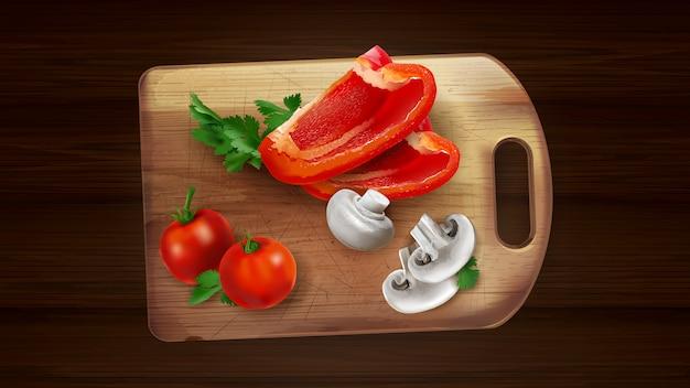 Pimenta fatias, cogumelos e tomates em uma placa de corte.