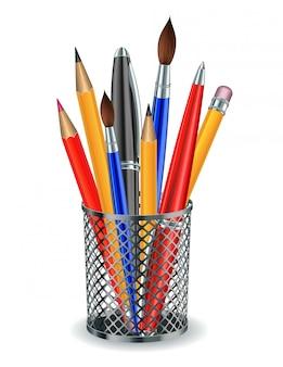Pincéis, lápis e canetas no suporte.