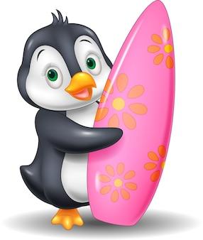 Pinguim de desenhos animados segurando a prancha de surf