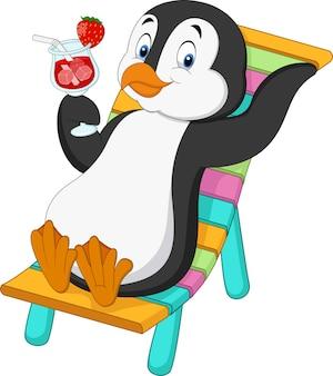 Pinguim de desenhos animados sentado na cadeira de praia e segurando o coquetel