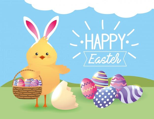 Pintinho, usando orelhas de coelho com decoração de ovos dentro da cesta