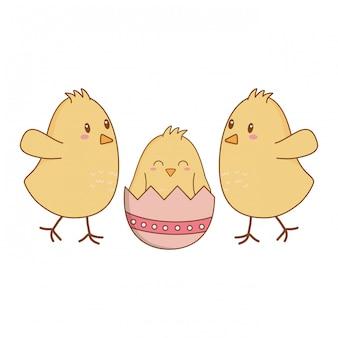 Pintinhos com ovos quebrados caracteres de páscoa