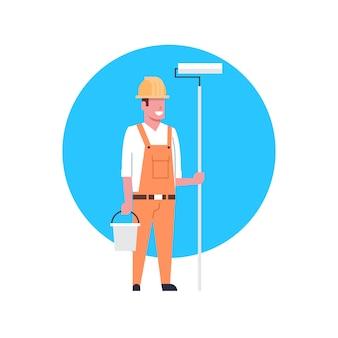Pintor de ícone de trabalhador de construção ou capacete de homem vestindo do decorador