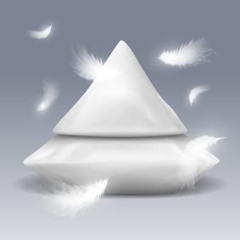 Pirâmide de travesseiros com penas brancas