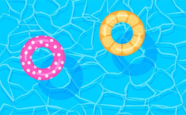 Piscina com bóias salva-vidas coloridas