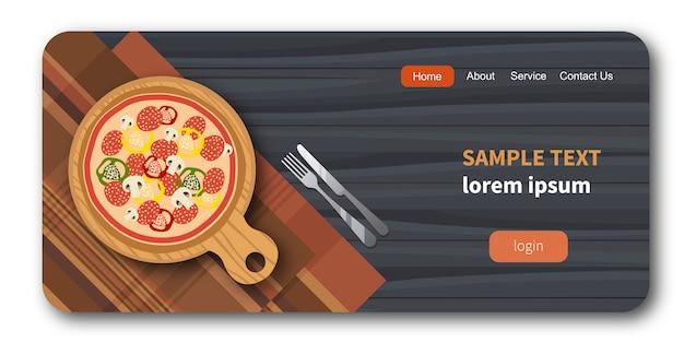 Pizza na placa de madeira ao lado de garfo e faca