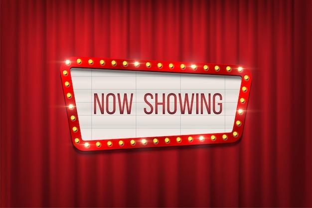 Placa de anúncio de cinema retrô de vetor com moldura de lâmpada em fundo de cortinas vermelhas