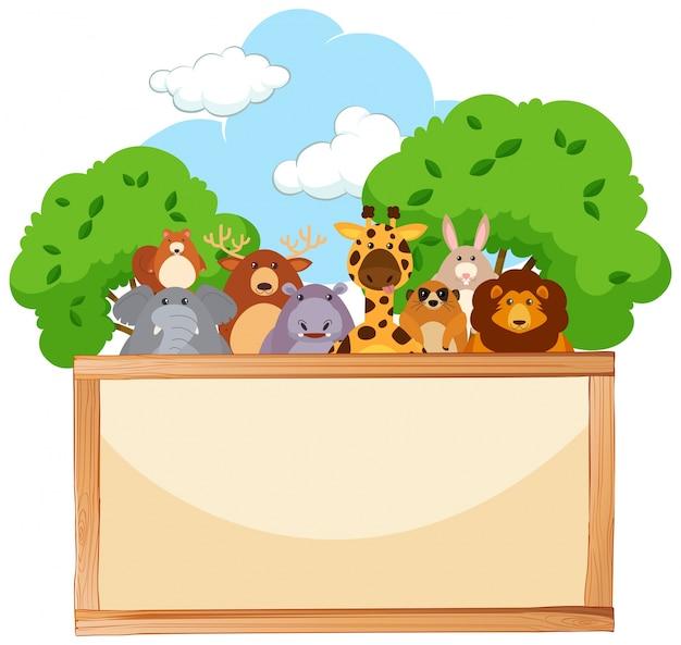 Placa de madeira com animais bonitos em segundo plano