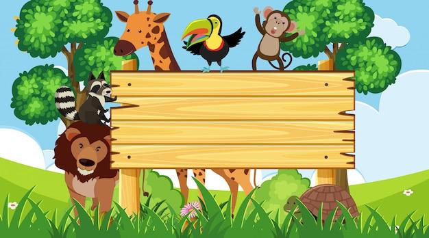 Placa de madeira com animais selvagens no parque