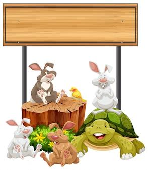Placa de madeira com coelhos e tartaruga