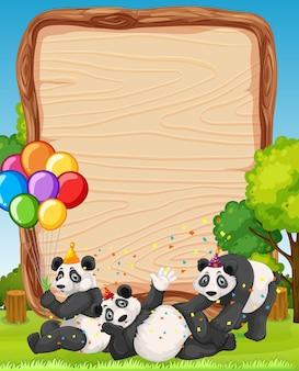 Placa de madeira em branco com pandas em tema de festa no fundo da floresta