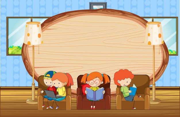 Placa de madeira vazia na cena da sala de estar com muitas crianças doodle personagem de desenho animado