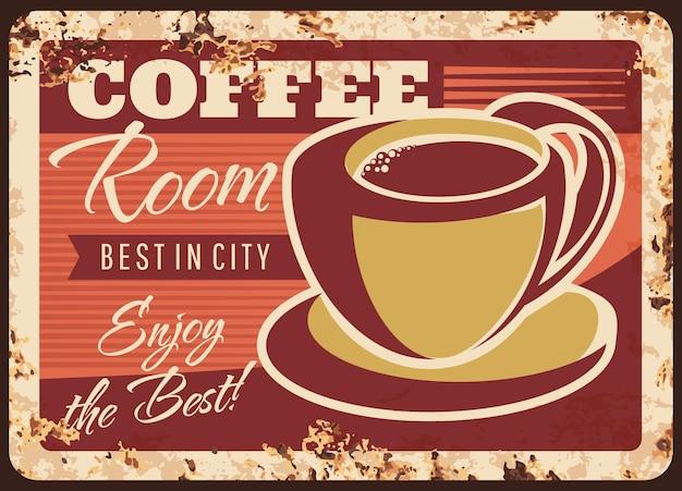 Placa de metal enferrujada da sala de café com copo ou caneca com bebida marrom