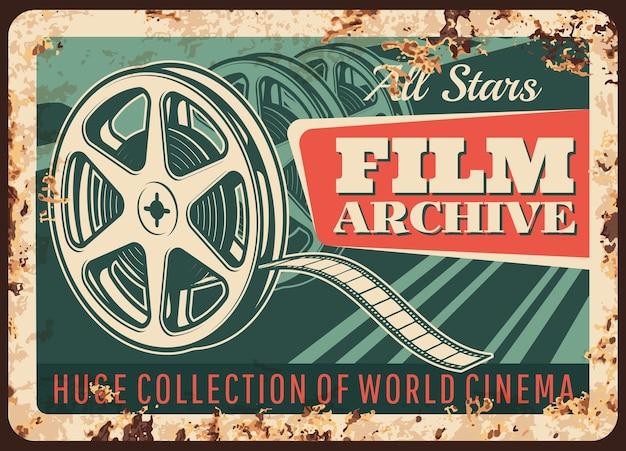 Placa de metal enferrujada de arquivo de filme, sinal de lata de ferrugem vintage de vetor com velho carretel de bobina.