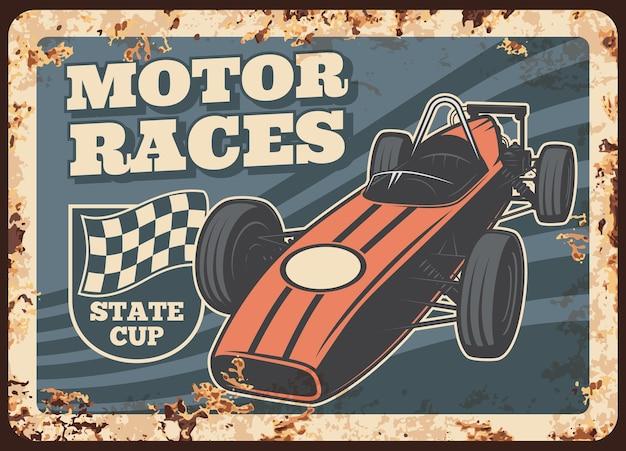 Placa de metal enferrujada de corridas de automóveis, veículo vintage e sinal de lata de ferrugem com bandeira de rali marcada.