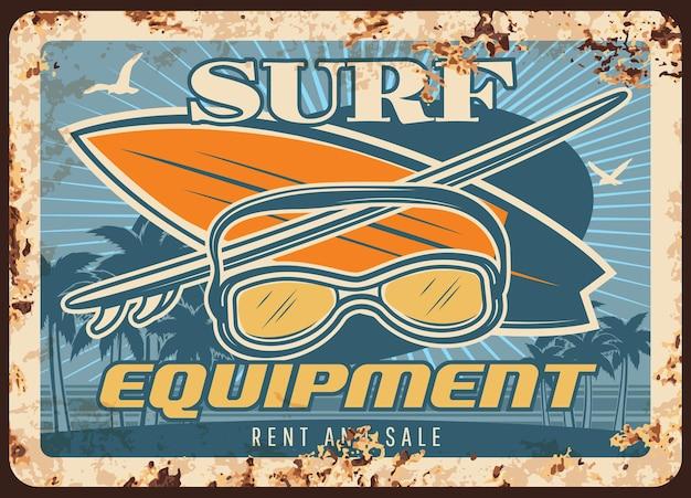 Placa de metal enferrujada de equipamentos de surfe com pranchas e máscara de surfe