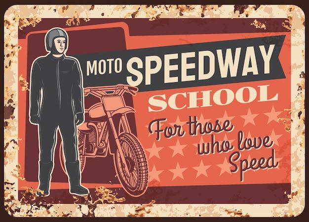 Placa de metal enferrujada do piloto da moto speedway, sinal de lata de ferrugem vintage para escola de corridas de motocicleta.