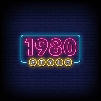 Placa de néon de estilo 1980 na parede de tijolo