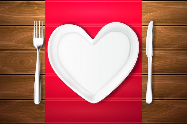 Placa forma coração, faca, garfo textura de madeira
