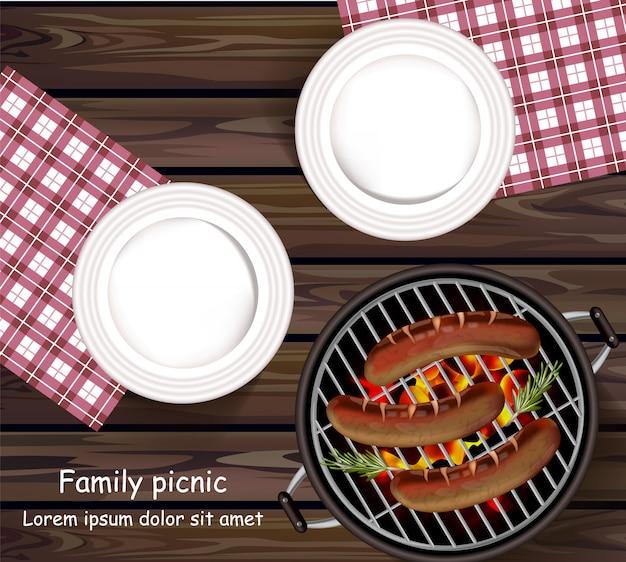 Placas na mesa de madeira e salsichas na grelha
