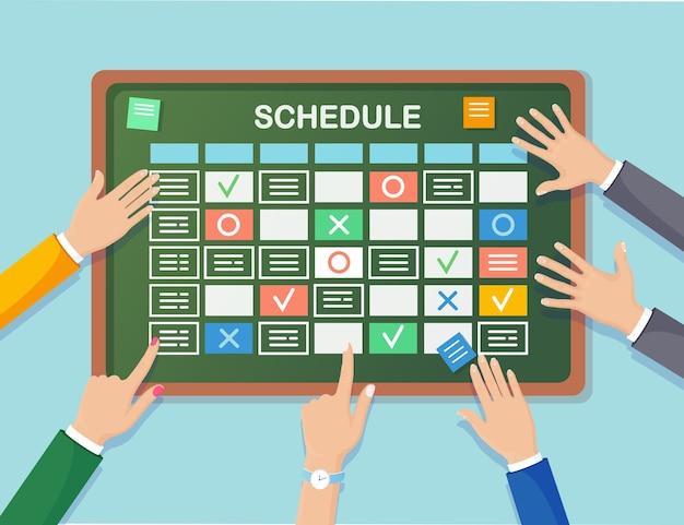 Planejando a programação no conceito do quadro de tarefas. planejador, calendário na lousa. lista de eventos para funcionário. trabalho em equipe, colaboração, conceito de gerenciamento de tempo empresarial.