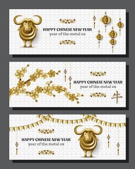 Plano de fundo feliz ano novo chinês com boi de metal dourado criativo, ramos de sakura e lanternas penduradas