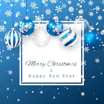 Plano de fundo natal e ano novo com bolas de natal azuis, galho de pinheiro e neve para o natal