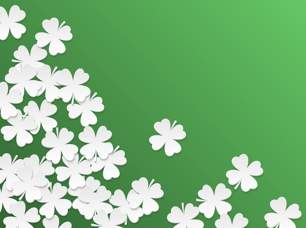Plano de fundo verde do dia de são patrício com folhas cortadas de papel liso branco de quatro folhas