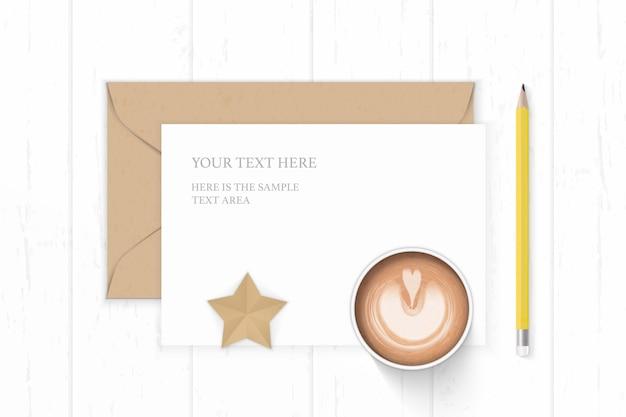 Plano lay top view elegante composição branca carta papel kraft envelope estrela forma café artesanal e lápis amarelo sobre fundo de madeira.