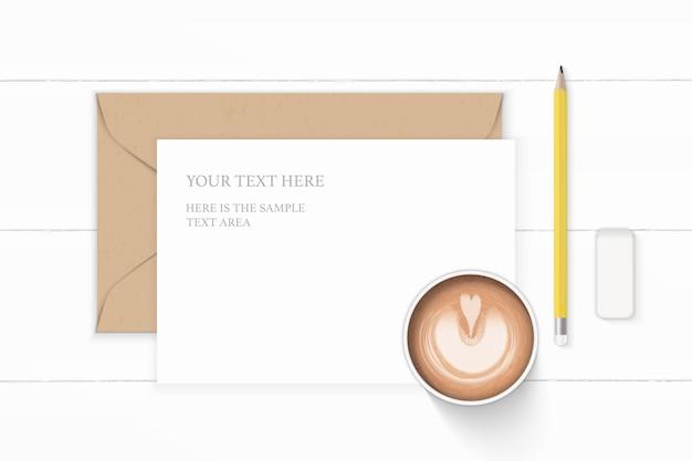 Plano leigo vista superior elegante composição branca carta envelope papel kraft borracha lápis amarelo e café no fundo de madeira.