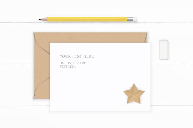 Plano leigo vista superior elegante composição branca carta envelope papel kraft borracha lápis amarelo e ofício em forma de estrela no fundo de madeira.