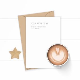 Plano leigo vista superior elegante composição branca carta envelope papel kraft folha café e ofício de forma de estrela em fundo de madeira.