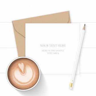 Plano leigo vista superior elegante composição branca carta envelope papel kraft lápis e café em fundo de madeira.