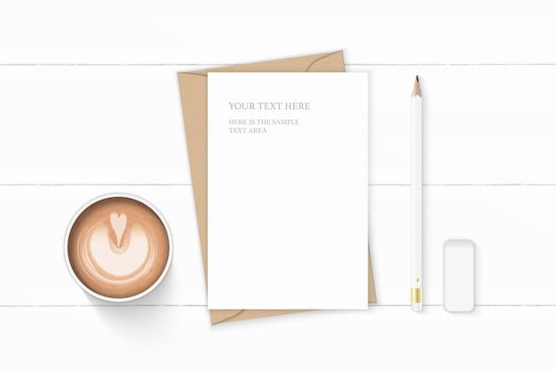 Plano leigo vista superior elegante composição branca carta papel kraft envelope café lápis e borracha no fundo de madeira.