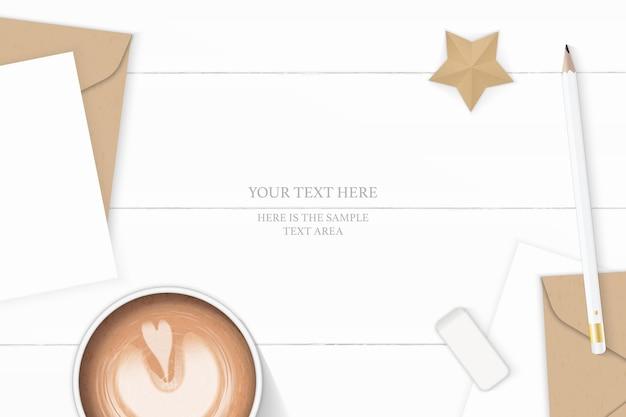Plano leigo vista superior elegante composição branca carta papel kraft envelope lápis borracha café e ofício de forma de estrela no fundo de madeira.