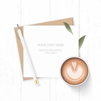 Plano leigo vista superior elegante composição branca carta papel kraft envelope natureza folha lápis e café no fundo de madeira.