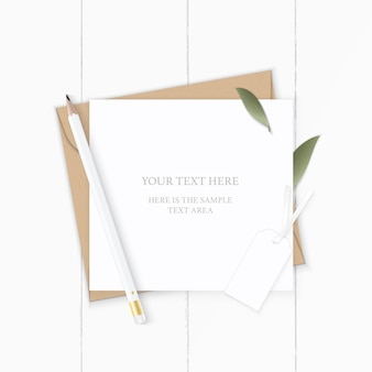 Plano leigo vista superior elegante composição branca carta papel kraft envelope natureza folha lápis e etiqueta no fundo de madeira.