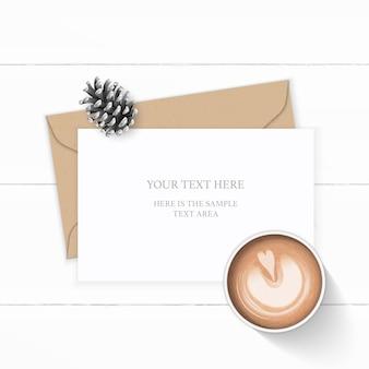 Plano leigo vista superior elegante composição branca carta papel kraft envelope pinha e café em fundo de madeira.