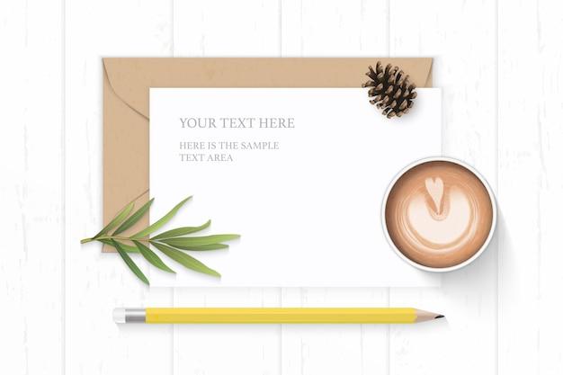 Plano leigo vista superior elegante composição branca carta papel kraft envelope pinho cone amarelo lápis folha de estragão e café no fundo de madeira.