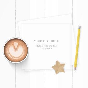 Plano leigo vista superior elegante composição branca papel café amarelo lápis e artesanato em forma de estrela no fundo de madeira.