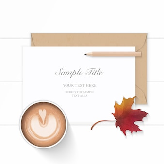 Plano leigo vista superior elegante composição branca papel kraft envelope lápis outono folha de plátano e café em fundo de madeira.