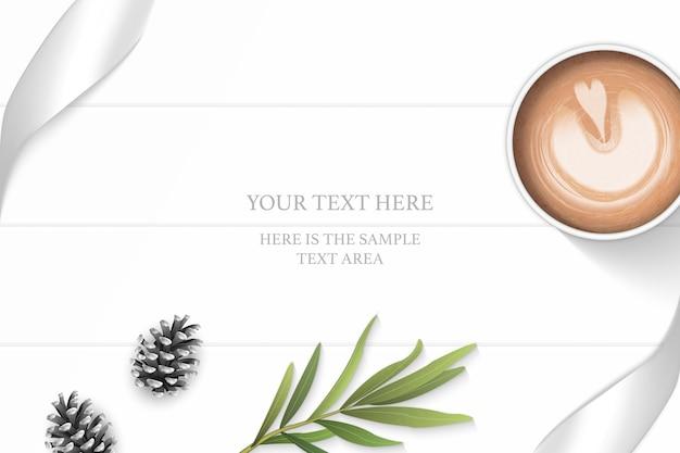 Plano leigos vista superior elegante composição branca fita de prata pinho cone folha de estragão e café no fundo do assoalho de madeira.