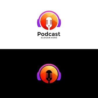 Podcast sem título ou design de logotipo de rádio usando ícone de microfone e fone de ouvido