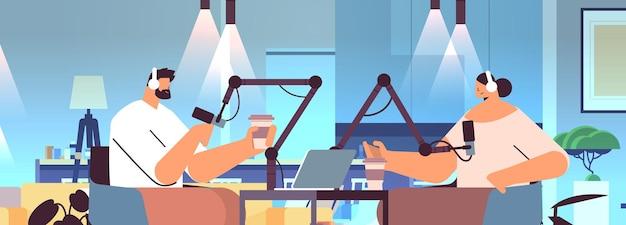 Podcasters falando com microfones gravando podcast em estúdio podcasting conceito de radiodifusão on-line homem em fones de ouvido entrevistando retrato de mulher horizontal