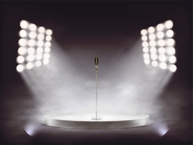 Pódio branco com microfone metálico iluminado por brancos feixes de holofotes