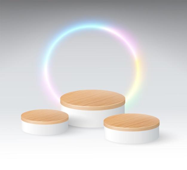 Pódio de grão de madeira circular de 3 níveis com luzes de néon esféricas em um fundo branco frio