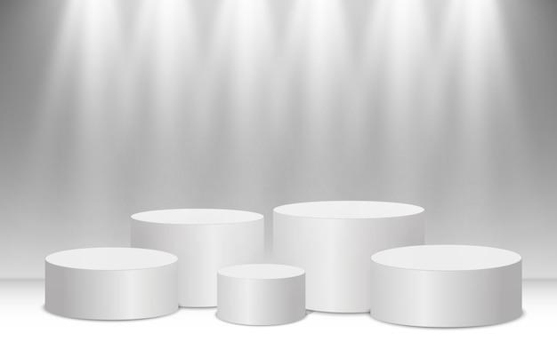 Pódio ou plataforma branca com holofotes. um pedestal para premiar os vencedores.