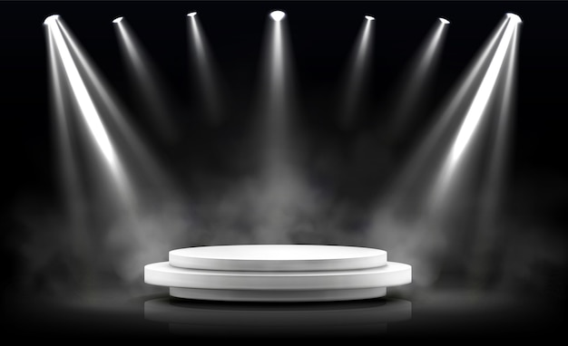 Pódio redondo, palco vazio iluminado por holofotes.